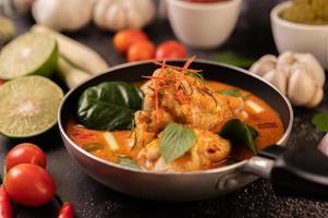 curry à base de poulet, piment, basilic et tomate