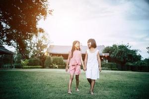 deux petites filles s'amusant à jouer dans le parc photo