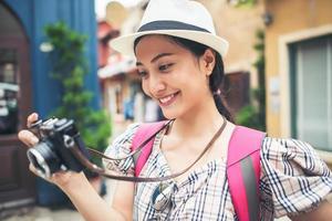gros plan, de, a, jeune, hipster, femme, randonnée, dans, ville urbaine photo