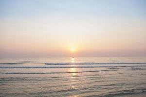 bateau de pêche sur la mer au lever du soleil