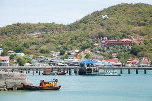 Bateaux de pêche amarrés dans le port en Thaïlande photo