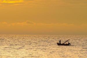 bateau de pêche au coucher du soleil en thaïlande