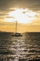 voilier sur la mer en thaïlande