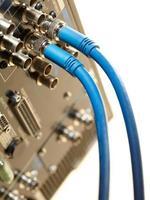 câbles branchés sur une machine