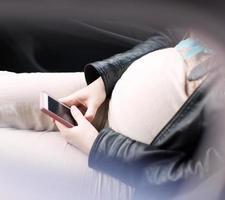 femme enceinte, à, smartphone photo