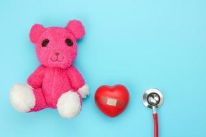 coeur rouge avec ours rose sur fond bleu photo