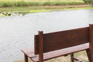 banc au bord d'un étang