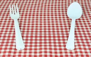 fourchette blanche et cuillère sur nappe