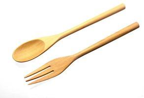 fourchette et cuillère en bois sur blanc