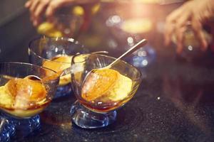 crème caramel dans des verres photo