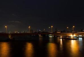 pont sur la rivière la nuit photo