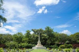 traverser dans le cimetière en thaïlande