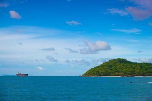cargo près de l'île