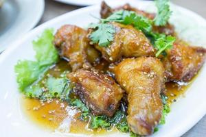 poulet thaï avec sauce au sésame noir photo