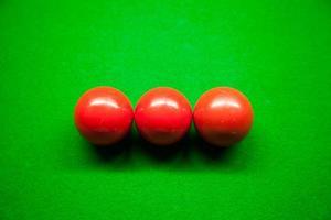 trois boules de billard rouges
