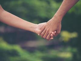 image d'un couple main dans la main