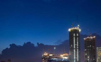 Grues de construction à Bangkok la nuit