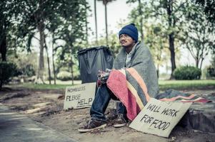 sans-abri avec signe en carton