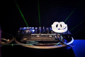 DJ tourne-disque vinyle sur table photo