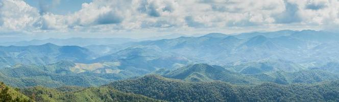 montagne, forêt et ciel photo