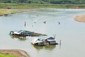 Radeau dans l'eau à sangkhlaburi kanchanaburi, Thaïlande