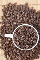 grains de café dans une tasse de café photo