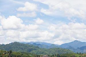 montagnes couvertes de forêts en Thaïlande photo