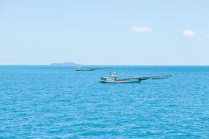 petit bateau de pêche en thaïlande photo