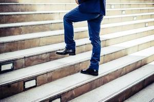 gros plan, de, jeune homme affaires, marche haut, dehors, bureau photo