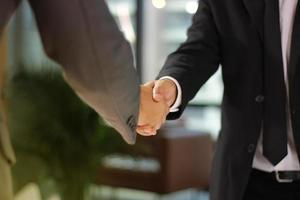 deux hommes se serrant la main