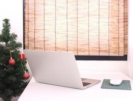 espace de travail avec ordinateur portable et sapin de Noël