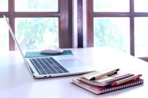 ordinateur portable et cahiers