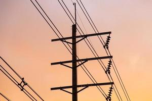 poteaux et fils électriques photo