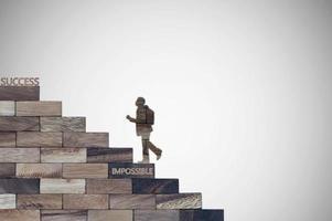 homme d & # 39; affaires marchant sur des escaliers en bois photo