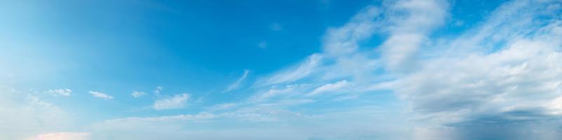 ciel avec des nuages par une journée ensoleillée photo