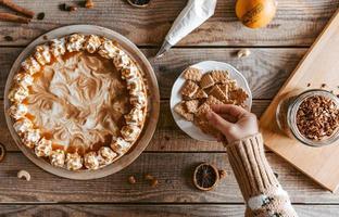 Image aérienne de mains décorant un gâteau