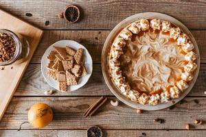 Image aérienne de gâteau sur table en bois photo