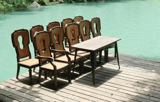 chaises et table sur quai