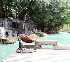 chaise balançoire au bord de l'eau