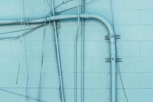 mur bleu avec système de tuyaux