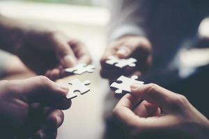 mains tenant des puzzles photo