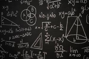 tableau noir inscrit avec des formules scientifiques et des calculs