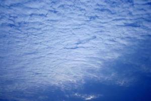 couverture de nuages dans un ciel bleu
