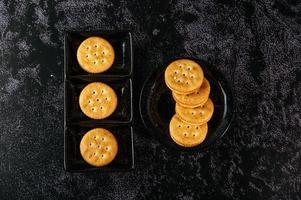 biscuits joliment disposés sur une assiette photo