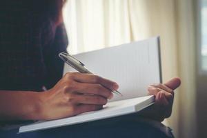 femme affaires, écrit, ses, idées, dans, cahier photo