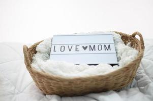 panier en bois avec tissu et signe de maman d'amour photo