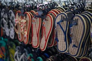 Chaussons faits à la main dans un magasin en Thaïlande photo