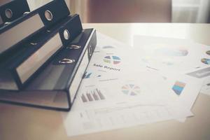 gros plan des fichiers de documents et des graphiques commerciaux photo