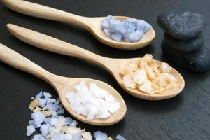 sel de spa dans des cuillères en bois