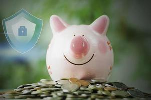 Tirelire sur empilé sur pièce d'argent avec protection et enregistrer le concept photo
